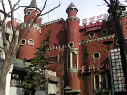 Quelle: Wikimedia Commons / Cliché Online / https://commons.wikimedia.org/wiki/File:Kabukicho_royal_castle_building_2008_may.jpg