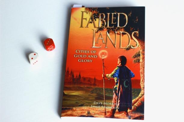 Für einen Einstieg in die Fabled Lands sei empfohlen, neben Band 1 auch Band 2 direkt griffbereit zu haben.