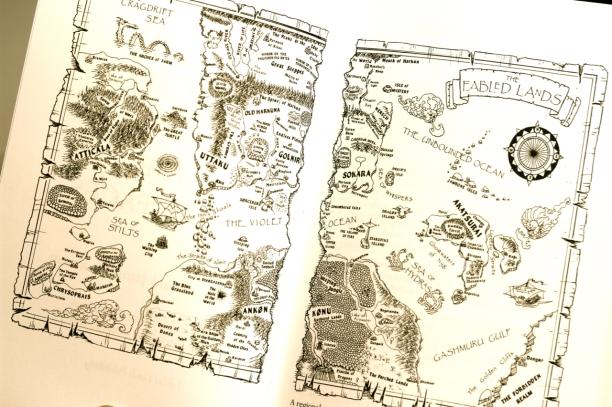 Ergänzend zur Weltkarte enthält jeder Band eine detailliertere Karte seiner Region.