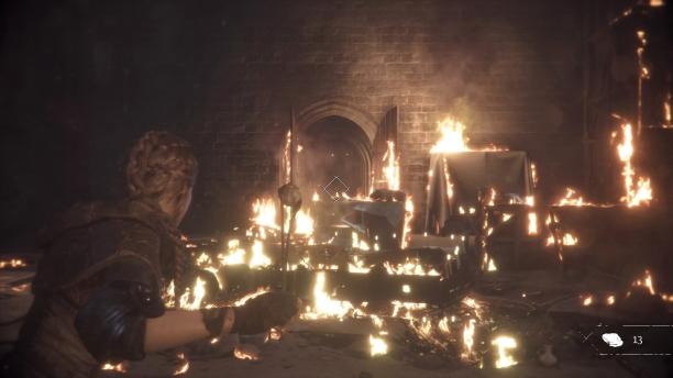 Amicia schwingt ihre Schleuder umringt von Feuer - A Plague Tale: Innocence
