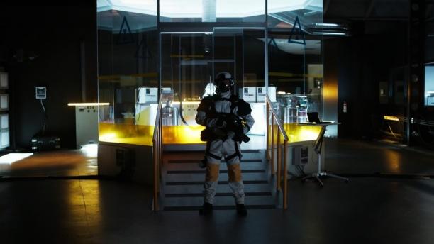 Quantum Break erzählt seine durchaus anspruchsvolle Zeitreise-Geschichte nicht nur über Ingame-Zwischensequenzen. Eine separate Live-Action-Show begleitet die Machenschaften der Antagonisten.