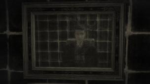 Der junge Mann Curdin steht vor einem Badezimmerspiegel und betrachtet sich. Er hat ein glattes Gesicht und dunkle, kurze Haare.